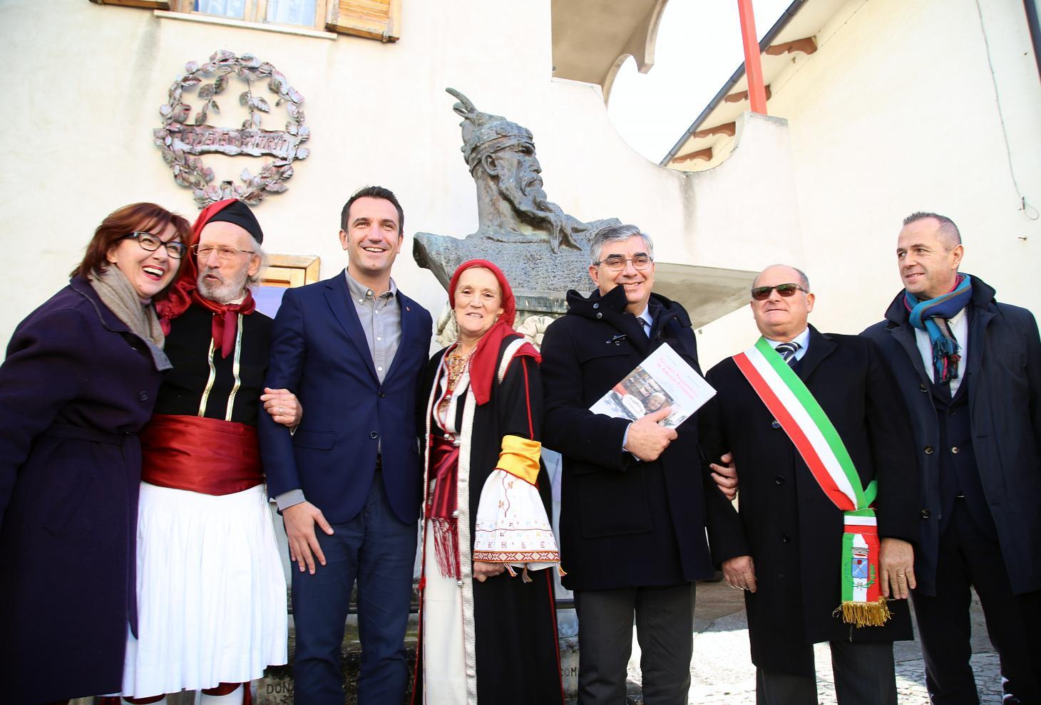 foto di gruppo con Luciano D'Alfonso e il sindaco di Tirana, Erion Veliay,