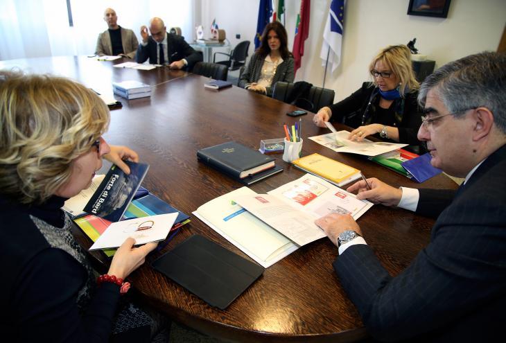 Incontro tra il presidente D'Alfonso e il direttore della filiale di Pescara di Poste SpA Angela Zappacosta