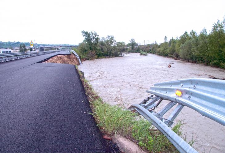 Frana lungo la superstrada Teramo - Mare