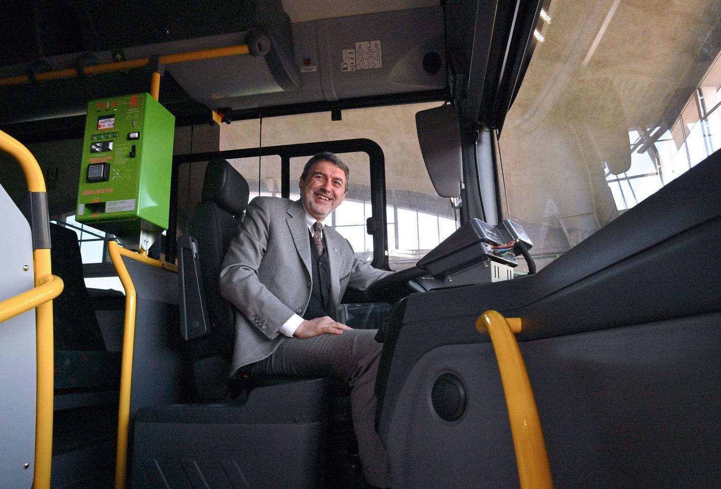 Il presidente Marsilio siede al posto di guida di un autobus Tua