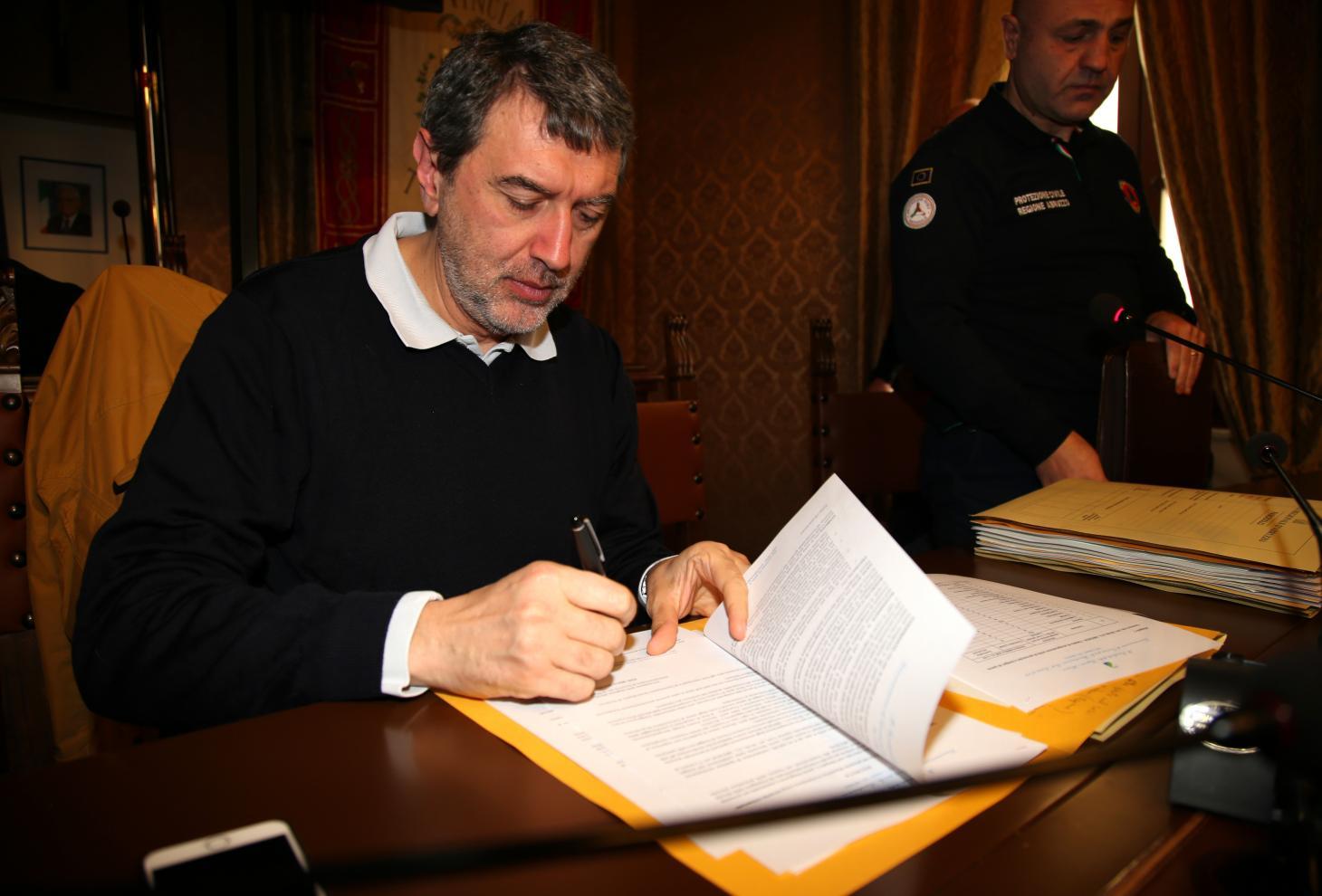 La firma del Decreto da parte di Marsilio