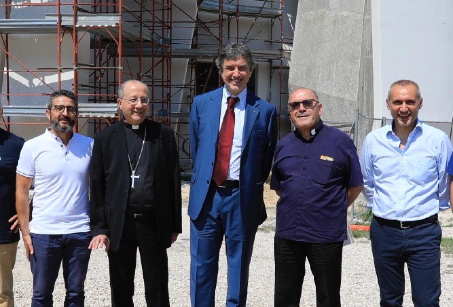 Il presidente della Regione Abruzzo, Marco Marsilio, accompagnato dall'arcivescovo di Chieti, monsignor Bruno Forte.