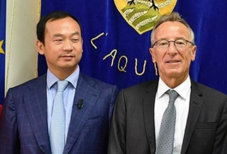 Hu Kun, amministratore delegato di ZTE Italia e Presidente di ZTE Europa Occidentale, a destra Giovanni Lolli, vice Presidente della Giunta regionale